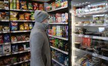 Покупатель выбирает товар в магазине. Архивное фото