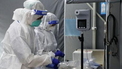 Медицинские работники в центре тестирования на COVID-19