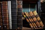 Полка с старыми книгами. Архивное фото
