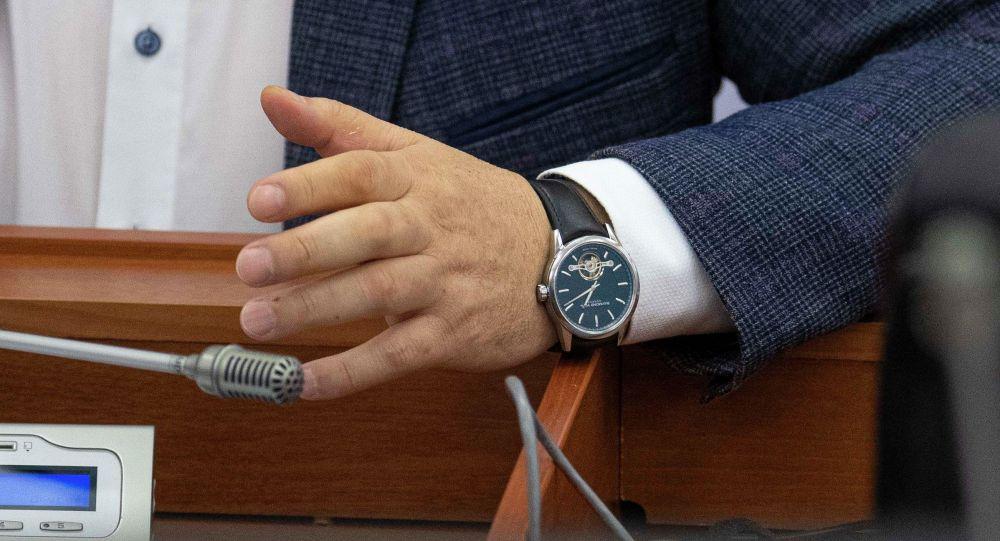 Депутат Жогорку Кенеша Торобай Зулпукаров носит часы, похожие на Raymond Weil Freelancer. Архивное фото