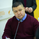 Начальник Управления правового обеспечения и кадровой работы Минобрнауки Бектур Ибрагимов во время круглого стола в мультимедийном пресс-центре Sputnik Кыргызстан