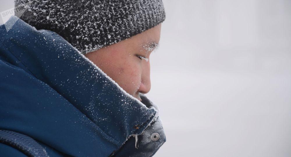 Мужчина на улице во время холодов. Архивное фото