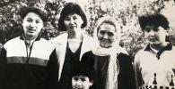 Народная артистка Киргизской ССР, Герой Кыргызской Республики Сабира Кумушалиева с невесткой Кларой Ниязалиевой и детьми