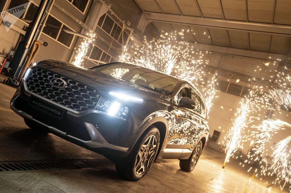 Ал эми Hyundai Santa Fe кеченин кульминациясы болду. Бул моделди тааныштырып жаткан алып баруучулар анын дизайнын жана жолдо жүрүүдөгү артыкчылыктарын белгилеп кетишти.