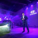 Экинчи болуп сахнага Hyundai Elantra чыкты. Коноктор адаттан тыш, бурчтуу формалар басымдуулук кылган бул моделдин дизайнына өзгөчө көңүл бурушту.