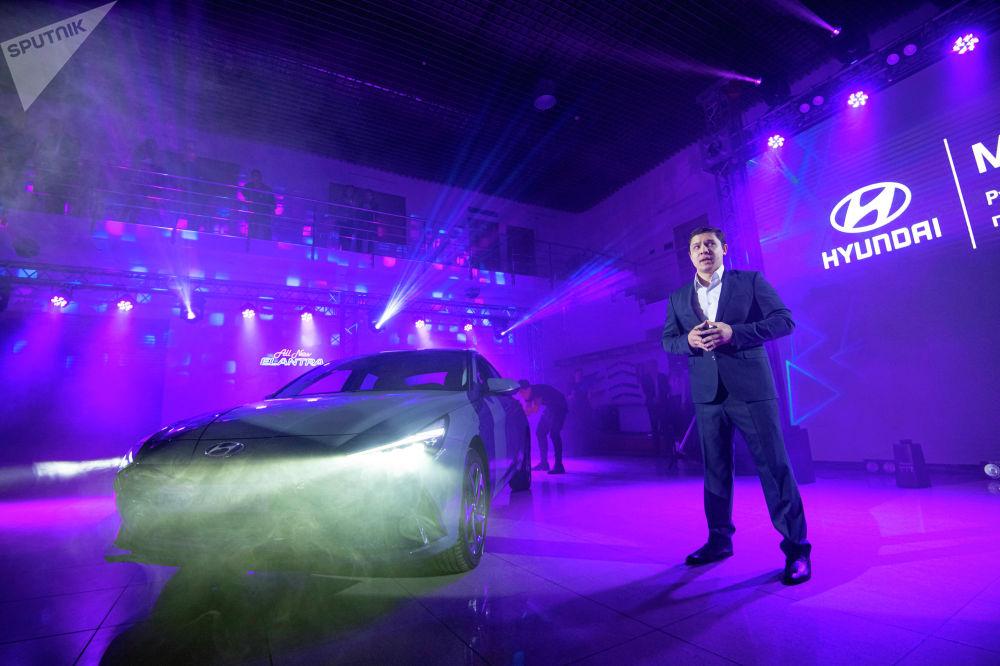 Второй на сцену выехала Hyundai Elantra: зрители сразу обратили внимание на необычный дизайн этой модели с преобладанием остроугольных форм.