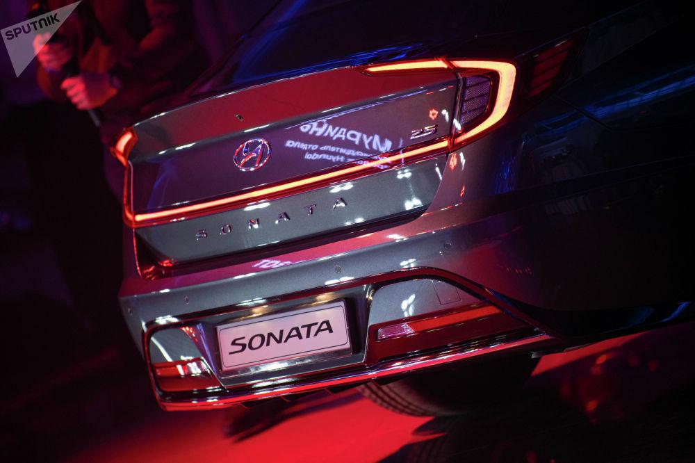 Первой гостям представили автомобиль класса D Hyundai Sonata. В визитной карточке авто сказано, что эта модель задает высокий стандарт стиля и функциональности.