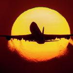 Boeing 747 Франкфурттагы (Германия) аба майданына учуп келе жатат