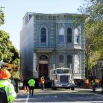 Грузовик перевозит 139-летний особняк на новое место в Сан-Франциско (США)