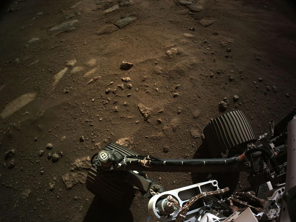 Вид с навигационной камеры на марсоход Perseverance Mars Rover.