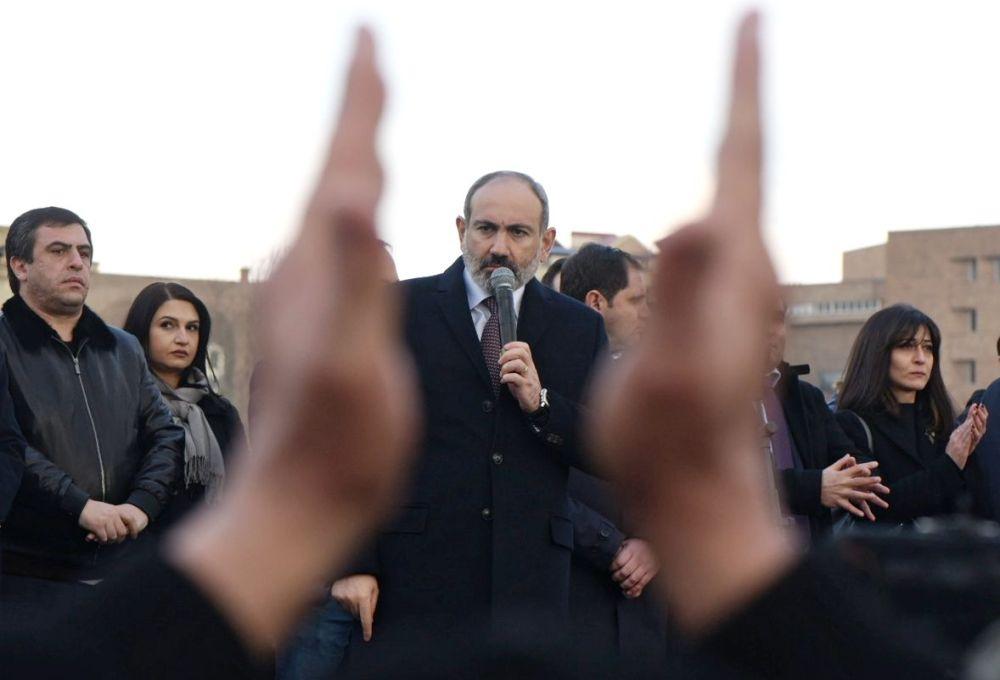 Премьер-министр Никол Пашинян выступает перед своими сторонниками в Ереване.