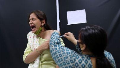 Коронавируска каршы вакцина алып аткан Нью-Дели жашоочусу. Архивдик сүрөт