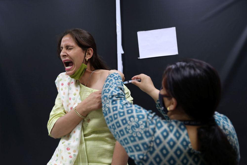 Вакцинация препаратом компании AstraZeneca в Нью-Дели.
