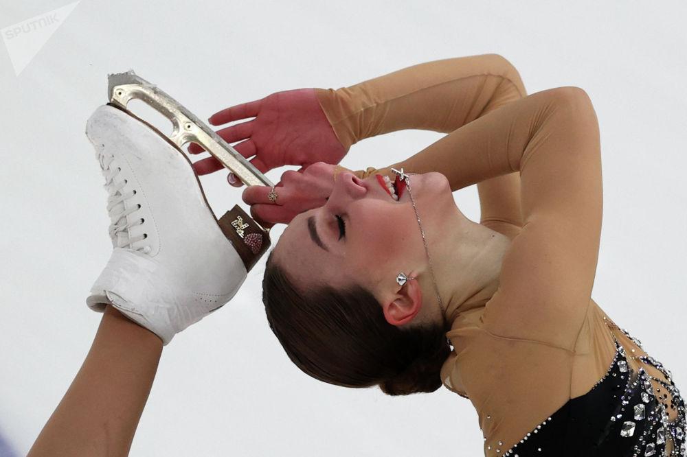 Елизавета Нугуманова выступает с короткой программой в женском одиночном катании в финале Кубка России по фигурному катанию в Москве.