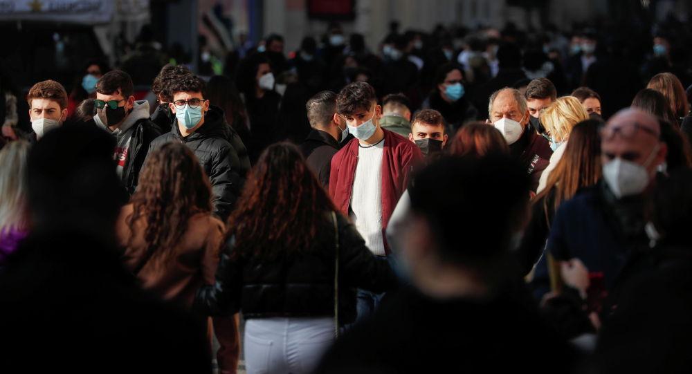 Люди в защитных масках идут по улице. Архивное фото