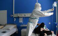 Врач работает с пациентом в палате. Архивное фото