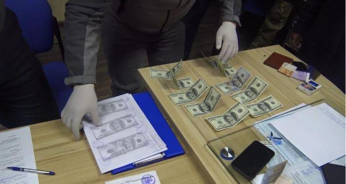 Двое подозреваемых в вымогательстве 28 тысяч долларов у бизнесмена задержаны в Оше. 01 марта 2021 год