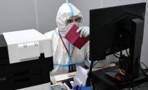 Медик во время работы за компьютером в больнице. Архивное фото