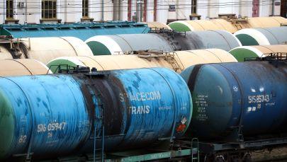 Железнодорожные цистерны для перевозки нефтепродуктов на вокзале. Архивное фото