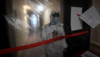Медицинский работник в приемном центре для пациентов с COVID-19. Архивное фото