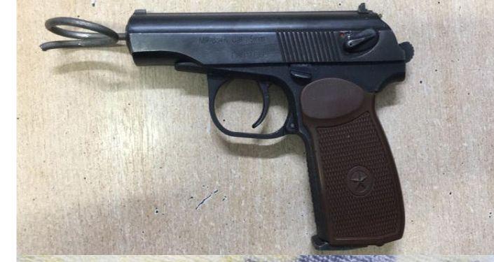 Пневматический пистолет калибра 4,5, три боевых патрона от пистолета Макарова, три гильзы от патронов и две пули