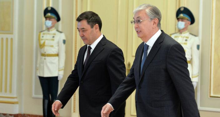Өз кезегинде президент Садыр Жапаров КР делегациясынын атынан казак тараптын жылуу тосуп алгандыгына ыраазычылыгын билдирди