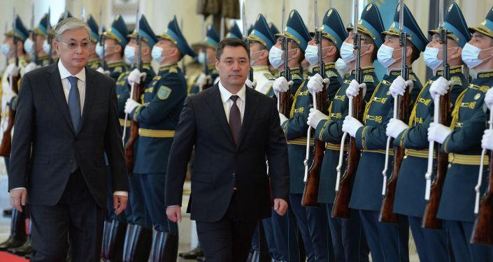 Касым-Жомарт Токаев Казакстан дагы өнөктөштүк жана союздаштык мамилелерди ар тараптуу тереңдетүү багытында бекем турарына ишендирип, кыргыз менен казактай жакын эл жок экендигин баса белгиледи