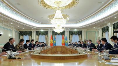 Президент Кыргызстана Садыр Жапаров во время встречи с президентом Казахстана Касым-Жомартом Токаевым в рамках государственного визита. 2 марта 2021 года