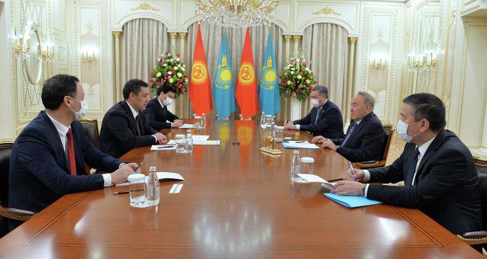 Президент Кыргызстана Садыр Жапаров во время встречи с первым президентом Казахстана Нурсултаном Назарбаевым в рамках государственного визита