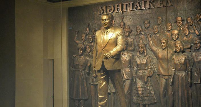 Памятник первого президента РК Нурсултана Назарбаева в музее в городе Нур-Султан
