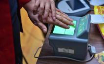 Работник ГРС снимает биометрические данные. Архивное фото
