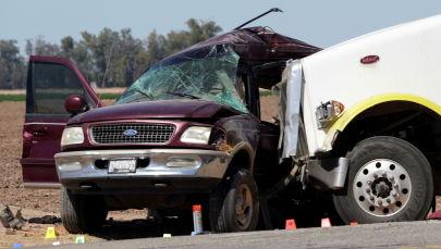 Столкновение внедорожника и грузовика в Калифорнии недалеко от Холтвилля, Калифорния, США. 2 марта 2021 года