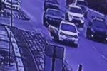 Инцидент произошел 10 февраля. На опубликованных кадрах видно, как мужчина выпрыгивает из движущейся машины марки Honda Fit.