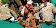Йемендик козголоңчу-хути Санадагы мечиттин алдында жолдошторун акыркы сапарга узатууда. Архив