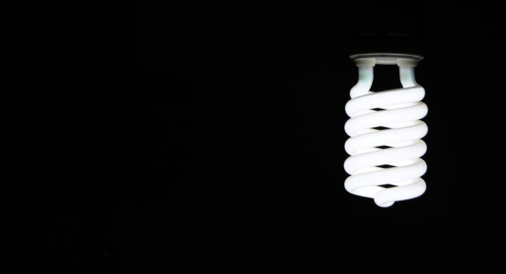 Энергосберегающая лампочка горит в комнате. Архивное фото