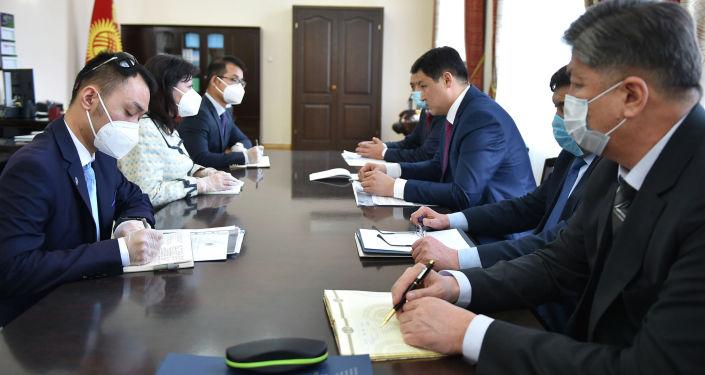 Премьер-министр Улукбек Марипов во время встречи с чрезвычайным и полномочным послом Китая в Кыргызстане Ду Дэвэнь