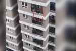 Во Вьетнаме курьер службы доставки случайно поймал ребенка, который выпал с 12-го этажа многоэтажного жилого дома.