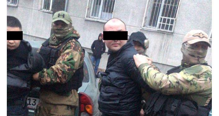 Задержанные подозреваются в вымогательстве 100 тысяч сомов у бишкекчанина за прекращение уголовного дела
