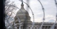 Вид на Капитолий через забор с колючей проволокой. Архивное фото