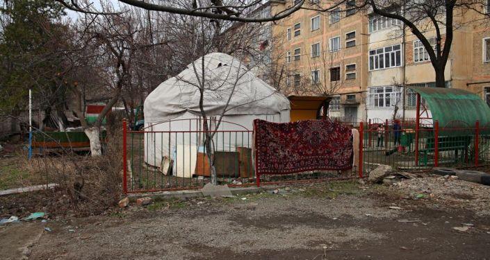 Ош шаарындагы ХБК кичи районунун Салиев көчөсүндө 300гө жакын мыйзамсыз курулуш тазаланды