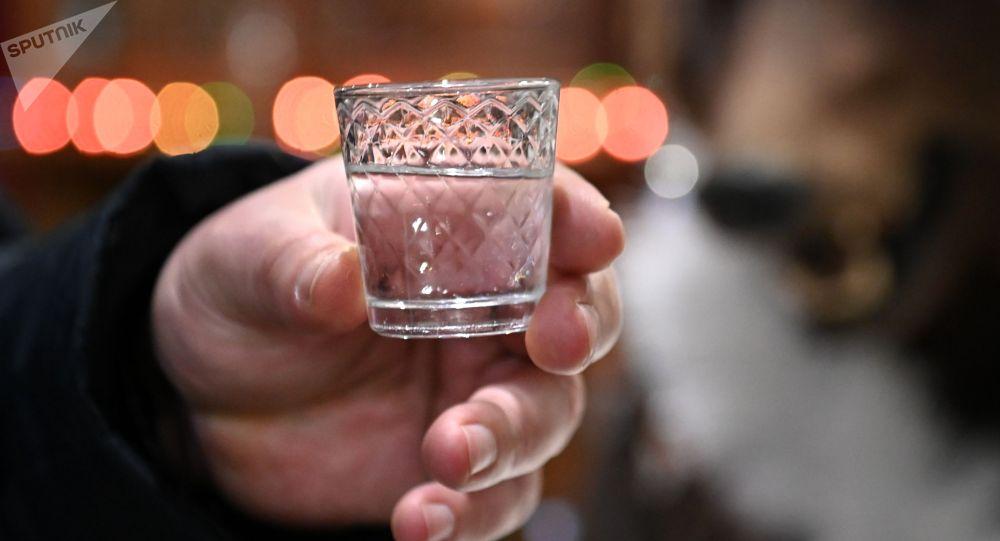 Мужчина с алкогольным напитком в руках. Архивное фото