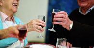 Пенсионеры поднимают бокалы во время праздничного ужина. Архивное фото