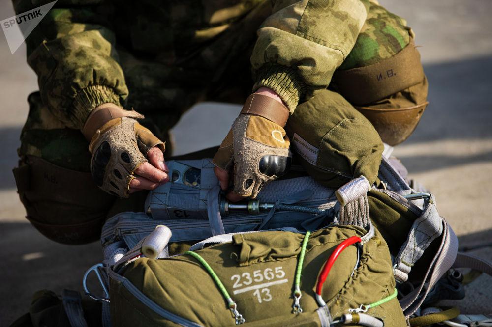 Машыккандардын арасында парашюттан биринчи жолу секирип жаткандары да, 30 жолу секирген тажрыйбалуу аскер кызматкерлери да болду