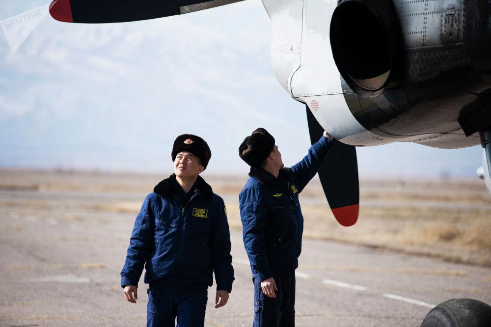 Самолет менен тик учактан секирүүдө ылдамдык, бийиктик жана башка параметрдик айырмачылыктары болот