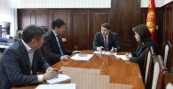 Первый вице-премьер-министр КР Артем Новиков во время совещания по обсуждению вопросов школьного образования