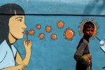 Мальчик проходит мимо граффити в Нави Мумбаи. Архивное фото