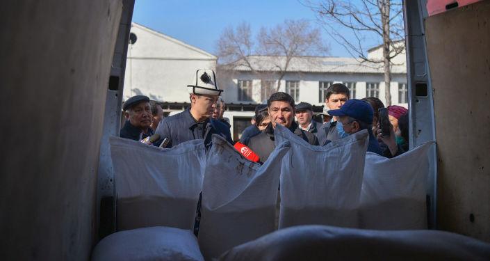 Премьер-министр Кыргызской Республики Улукбек Марипов во время посещения сельскохозяйственной ярмарки в Бишкеке.