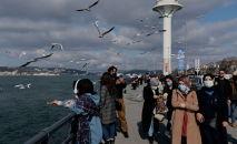 Стамбулда беткапчан жүргөн элдер. Архивдик сүрөт