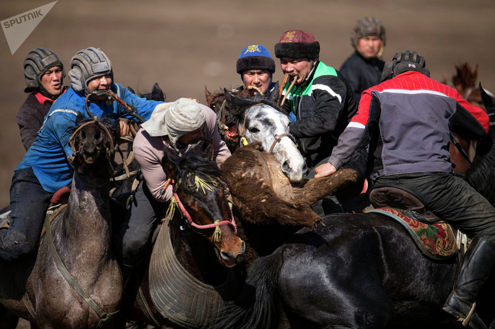 В ходе соревнования игроку необходимо схватить в середине круга тушу теленка и бросить ее в намеченное место