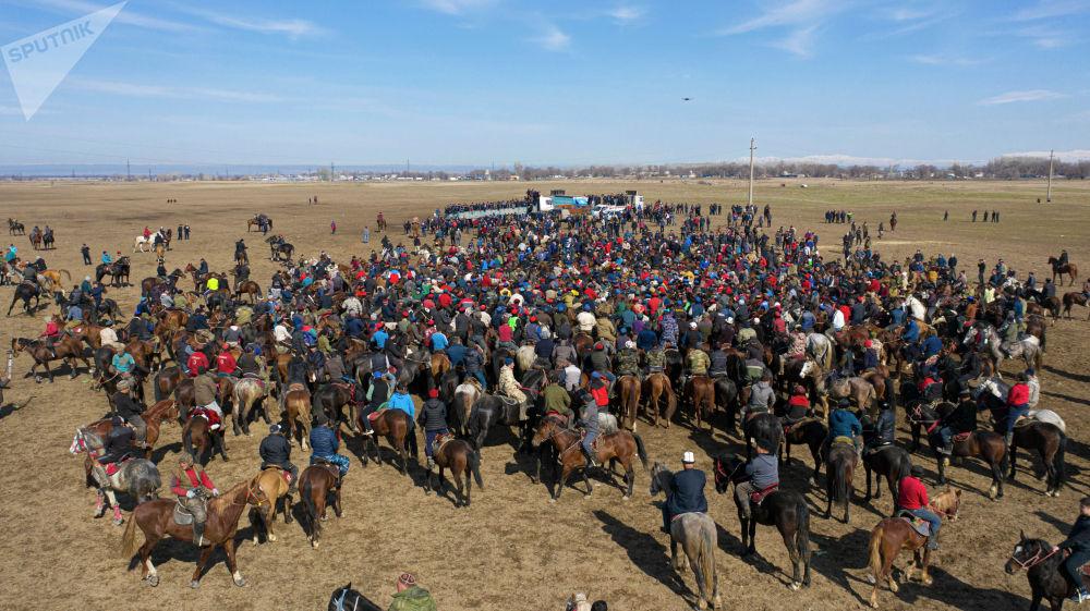 На кон поставили два легковых автомобиля и золотой пояс. Кроме этого, разыгрывались пять верблюдов, 10 яков, 10 жеребят и 10 телят.